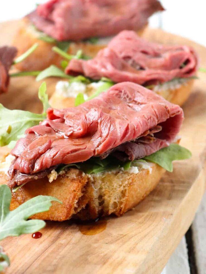 roast beef and arugula crostini featured